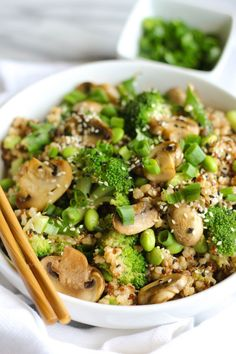 This Teriyaki Vegetable Quinoa is loaded with whole grains, protein, fiber, and lots of flavor! It& naturally vegan and can easily be made gluten free. Quinoa Vegan, Vegan Quinoa Recipes, Quinoa Salad, Vegetarian Recipes, Cooking Recipes, Healthy Recipes, Quinoa Bowl, Quinoa Dinner Recipes, Vegetarian Mushroom Recipes