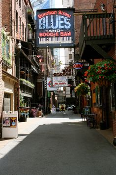 Printers Alley in Nashville, Tennessee! Check out the full travel diary at http://thelittlethingsdiy.com!