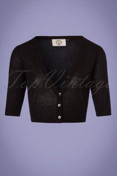 De 50s Bobby Cardigan in Black maakt met iedere outfit een 'perfect match'!Bobby is klassiek, comfortabel én speels. Deze korte cardigan heeft een diepe V-halslijn, 1/2 mouwen en stretchy rib boorden. Uitgevoerd in dun, semi-doorschijnend, fijngebreid, zwart viscose met een heerlijke stretch voor een mooie aansluitende pasvorm. De combinatiemogelijkheden zijn eindeloos!  Korter modelV-halslijnReeks knopen1/2 mouwen Boordjes langs de halslijn, mouwen en onderkant