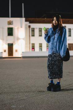 Street Style: grunge boyfriend denim jacket with printed midi skirt