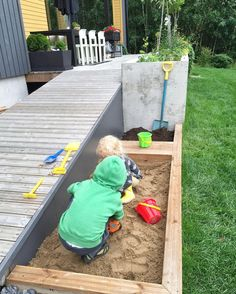 Pihalla päästiin viettämään uuden hiekkalaatikon avajaisia teen jossain vaiheessa tarkemmin juttua blogiin #piha #leikkipaikka #hiekkalaatikko #terassi #raksa #garden #myhouse #terrace #seuraavatalo