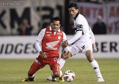 Con goles de Herminio Miranda de penal y del argentino Juan Carlos Ferreyra, Olimpia de Paraguay derrotó el martes 2-0 al Independiente Santa Fe de Colombia y quedó cerca de alcanzar la final de la Copa Libertadores.