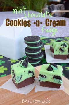Mint Chocolate Cookies and Cream Fudge - layers of mint and chocolate fudge loaded with Oreo cookies. Easy no bake dessert recipe! Cookies And Cream Fudge, Cream And Fudge, Chocolate Mint Cookies, Chocolate Desserts, Chocolate Fudge, Oreo Cookies, Chocolate Chips, Tasty Cookies, White Chocolate