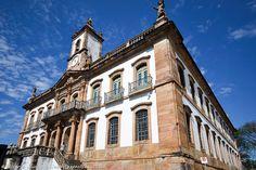 Ouro Preto, em Minas Gerais, guarda muita história do Brasil e a viagem pode ficar super em conta. Confira >>> http://www.guiaviagensbrasil.com/blog/3-dias-perfeitos-em-ouro-preto-e-mariana/