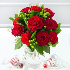These winter roses will really give your house that festive feel #christmas #flowers
