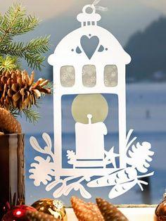 Üvegtapétából és fehér öntapadó tapétából vághatók ki az alábbi ablaküvegre ragasztható karácsonyi dekorációk, amelyek az ünnep elteltével ...