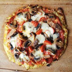 Leckerste #lowcarb #pizza seit langem :) mit Kartoffel-Blumenkohlboden: 613 kcal davon 39g KH 48g Eiweiß und 27g Fett. Boden aus: 130g geraspelte Kartoffel 200g geraspelter Blumenkohl 30g Käse 50g Zwiebel (vorher angeschwitzt) 1 Ei Salz Gewürze und eine halbe Knoblauchzehe . 10-15 min vorbacken und darauf dann passierten Tomaten (gewürzt) und Belag nach Wahl :). Bei mir waren es Champignons Tomaten Putenaufschnitt und Mozzarella  #glutenfrei #ilovepizza #lunch #fitfood #healthyfood #protein…
