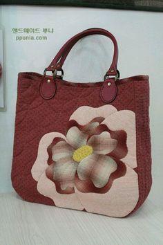 퀼트도안 : 네이버 블로그 Patchwork Bags, Quilted Bag, Big Bags, Cute Bags, Japanese Bag, Craft Bags, Fabric Bags, Applique Quilts, Handmade Bags
