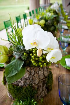 A mix of natural textures and elements feel earthy and effortless on these @Mandy Dewey Seasons Resort and Club Dallas at Las Colinas wedding tablescapes. (Photo credit: Rebecca Lorinne Photography)
