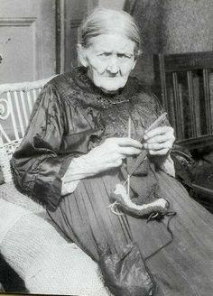 dolce far niente: knitting