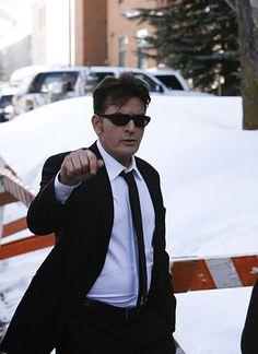 8. Februar 2010: Sichtlich übel gelaunt beginnt Charlie Sheen die Serie von Gerichtsterminen in Aspen.