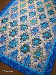 Russian quilter - a good idea for bordering a hexi quilt Hexagon Patchwork, Hexagon Pattern, Hexagon Quilt, Flower Quilts, English Paper Piecing, Machine Quilting, Hand Quilting, Quilt Making, Quilting Designs