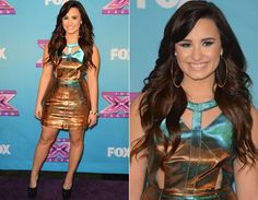 """Demi Lovato apostou em um vestido metalizado da Topshop! A peça, que mistura tons de dourado e azul, tem recortes na barriga e no colo. Fashion!   Veja os looks das famosas para a final do """"The X Factor""""! - Radar Fashion - CAPRICHO"""
