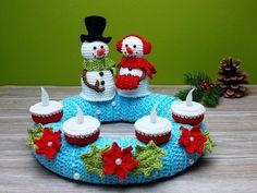 Crochet advent wreath /// Snowman decoration- Adventskranz häkeln /// Schneemann-Deko Crochet an advent wreath with a snowman and snow woman as a decorative highlight for Advent. Crochet Christmas Wreath, Crochet Wreath, Christmas Wreaths, Christmas Crafts, Christmas Ornaments, Snowman Decorations, Christmas Decorations, Fabric Placemats, Advent Wreath