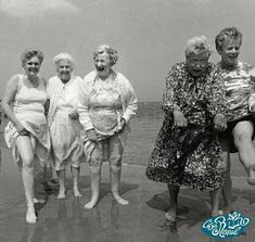 Grogan girls at the beach People Photography, Vintage Photography, Old Lady Humor, Old Folks, Young At Heart, People Of The World, Beach Girls, Aging Gracefully, Happy People