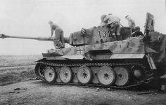 Советские офицеры осматривают немецкий танк «Тигр», подбитый на Курской дуге
