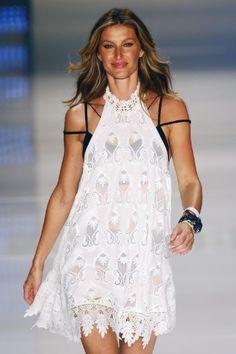 #SPFW Lingerie à mostra, que está em alta na moda, compôs o primeiro look desfilado por Gisele Bündchen na passarela da Colcci