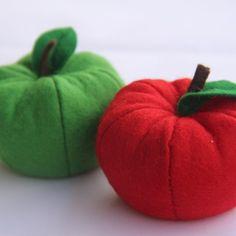 2 Äpfel aus Filz in grün und rot
