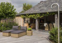 Landelijke tuin met padouk terras en poolhouse