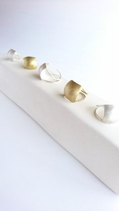 Brass Jewelry, Modern Jewelry, Jewelry Accessories, Jewelry Design, Signet Ring, Fashion Rings, Gold Rings, Pearl Earrings, Bangles