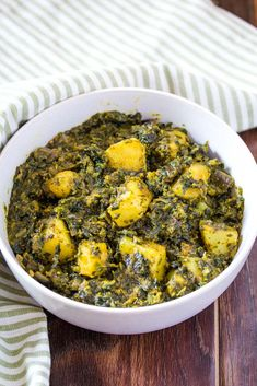 Saag Aloo aka Aloo Palak is a classic vegetarian recipe that's made with spinach and potatoes. It's quick, easy and so very nutritious. Aloo Saag Recipe, Asian Spinach Recipe, Frozen Spinach Recipes, Aloo Recipes, Curry Recipes, Vegetarian Recipes, Vegetarian Dinners, Amigurumi, Kitchens