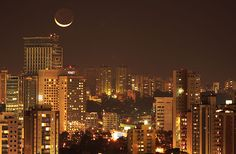 In this beautiful night-time capture by Ricardo Motti, we see a big crescent moon over Sao Paulo, Brazil. Cityscape Wallpaper, City Wallpaper, Mobile Wallpaper, Nyc At Night, Night City, Addis Abeba, Sao Paulo Brazil, Night Background, World Cities