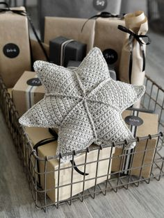 Wonderful Pic Animal Crafts diy Tips Cardstock plate dogs make the perfect children build idea. Nearly all are quite simple and easy reasonably pr Crochet Diy, Crochet Pillow, Simple Crochet, Crochet Ideas, Diy Pillows, Decorative Pillows, Handmade Pillows, Christmas Knitting, Christmas Diy