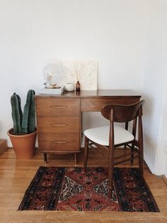 Simple And Classy Home Office Design Ideas – With the changing trend of the modern economy, the job market has gone through a sea of changes. Nowadays there are many job options open to people wh… Home Office Design, Home Office Decor, Office Furniture, Küchen Design, House Design, Design Ideas, Design Trends, Retro Home Decor, Home And Deco