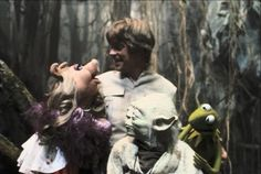Luke Skywalker & Yoda get visited by Miss Piggy and Kermit on Tatooine.  Behind-the-scenes of Star Wars: Episode V - The Empire Strikes Back (1980).