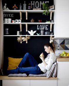 Una panca portaoggetti completata con dei cuscini, è comoda sia per te che per gli ospiti che vogliono fare conversazione - IKEA