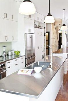 Plan de travail cuisine en inox dans grande cuisine blanche. + de photos > http://www.homelisty.com/plan-de-travail-cuisine-en-71-photos-idees-inspirations-conseils/