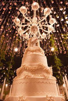 Tradicional bolo de casamento decorado por jardim suspenso