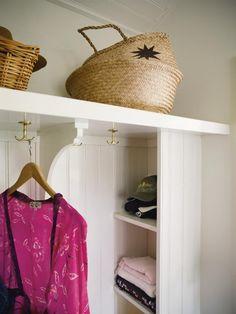 platsbyggd förvaring garderob - Google-haku Hallway Storage, Entryway Organization, Hallway Inspiration, Entry Hallway, Beautiful Interior Design, House Entrance, Winter House, Simple House, Mudroom