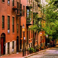 Next stop on the walking tour...Historic Beacon Hill! Take in all the beautiful cobblestone streets and brownstones!
