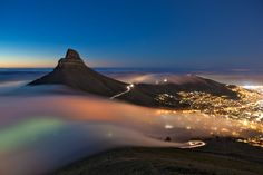 Un inmenso banco de niebla surfea desde el Atlántico hasta Ciudad del Cabo, al atardecer. Fotografía de Eric Nathan