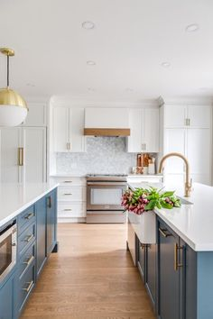 Home Interior Apartment Beautiful blue and white kitchen with gold accents.Home Interior Apartment Beautiful blue and white kitchen with gold accents New Kitchen, Kitchen Decor, Kitchen Colors, Gold Kitchen, Kitchen Ideas, Stylish Kitchen, Kitchen Modern, Green Kitchen, Kitchen Layout