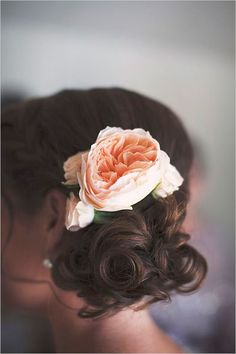 Peach peony as a hair accessory on the bride and the bridesmaids #wedding #decor #flower #hair #bride