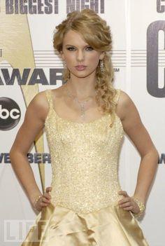 Red Carpet Dresses: Taylor Swift - CMA Awards 2007 #taylor #swift