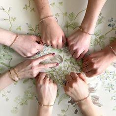 I dag lancerer vi et lille -projekt med stor betydning: Anni Lu x ELLE 'MOM' bracelet som er skabt ud fra et fælles ønske om at bidrage til kampen mod kræft. ELLE og Anni Lu-grundlægger @hellevp har investeret egne ressourcer i 'MOM' armbåndet så alle indtægter kan gå ubeskåret til Kræftens Bekæmpelse. Armbåndet fås i grå og rosa og koster 250 kr. og kan købes fra søndag d. 23. april i udvalgte butikker og på ELLE.dk/annilu #anniluxELLE #MOMbracelet #fightcancer  via ELLE DENMARK MAGAZINE…