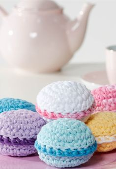How cute are these DIY mini crochet macaroons? Perfect for throwing a tea party!