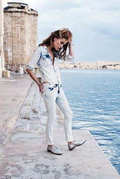 La modelo Erin Wasson, musa del rock'n'chic, reviste de modenridad este clásico western. En la campaña PV 2014 de Madewell posa con la versión acid de la camisa vaquera.