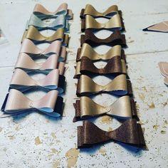 De strikken collectie word weer uitgebreid met mixing colors.  #strikken #haarstrikjes #haaraccessoires #lerenstrik #bows #leatherbows #leathercraft #leer #handmade