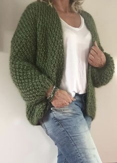 oversize green cardigan sweater with textured stitch pattern oversize green cardigan sweater with textured stitch pattern pulli stricken einfach Knit Sweater Outfit, Crochet Baby Cardigan, Baby Cardigan Knitting Pattern, Crochet Shirt, Green Sweater, Oversized Cardigan, Crochet Clothes, Pulls, Casual