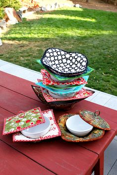 The hot pad for bowls allows you to easily lift your bowl in and out of the microwave without burning your fingers. The oil cloth splatter guard sits on top of the bowl and will keep your microwave clean. Sewing Hacks, Sewing Tutorials, Sewing Patterns, Sewing Ideas, Microwave Bowl Holders, Microwave Bowls, Quilting Projects, Sewing Projects, Fabric Crafts