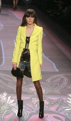 Modeschau NY, Trenchcoat in Neongelb, Miss Sixty - Fashion Week New-York: Herbst-Winter 2008-2009 - Trench ist Kult! Das gilt dieses Jahr mehr denn je...! Bei Miss Sixty wird das Fashion Highlight der Saison mit grellem Neongelb modern aufgepeppt!