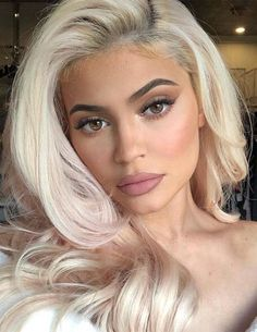 Cool Toned Blond Hair Colors and Highlights for 2019 You know blonde is one of the most famous hair color trends among ladies since last many years. So, just look for the most perfect styles of blonde colors. Peinados Kylie Jenner, Maquillaje Kylie Jenner, Kylie Jenner Makeup, Blonde Hair Kylie Jenner, Kylie Jenner Blue Eyes, Kylie Hair, Hair Color Highlights, Blonde Color, Photos Kylie Jenner