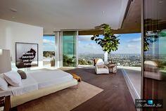 La casa de Avicii  7,000 metros cuadrados en Hollywood, California; cuesta $ 15,750,000 . Con inmejorables vistas sobre el centro de LA , una  impresionante arquitectura y rodeado de un montón de vecinos famosos