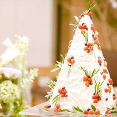 * 久しぶりにウェディングのお写真を…☺️ * マイウェディングケーキ * ピラミッド型?のケーキにしました アンダーズでは、ケーキの打ち合わせはイメージをお伝えするだけで、出来上がりは当日までのお楽しみなのですが、イメージが伝わっているのか見るまでは本当に不安で… * なんせ、『ピラミッド型でイチゴなどのベリー系とオリーブの葉っぱをバランスよくかわいく飾ってください!クリームの塗り方はざっくり塗る感じで、オシャレに美味しく見えるようにお願いします!!!』と伝えただけだったので、、、 こんな素敵なケーキが出てくるとは思ってもなかったです * とっても可愛く仕上げていただいて、 見た瞬間、叫びました イメージ通りでした❤️ * ピラミッド型はアンダーズでは初めてだったようで、 プランナーさんも楽しみにしてくださってました☺️ * * #ウェディングケーキ #ケーキ #weddingcake #アンダーズ東京 #andaztokyo #andazwedding #アンダーズウェディング