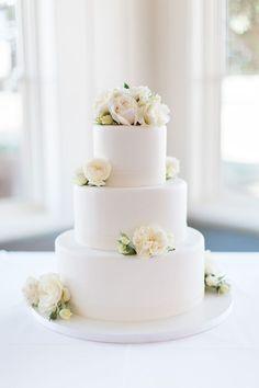 Wedding inspo All White Wedding, White Wedding Cakes, Elegant Wedding Cakes, Wedding Cakes With Flowers, Cool Wedding Cakes, Beautiful Wedding Cakes, Wedding Cake Designs, Beautiful Cakes, Fondant Wedding Cakes