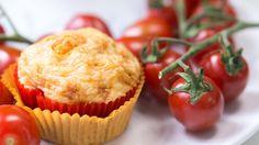 Genial & unverschämt lecker: So einfach backt ihr Pizzamuffins! - Perfekt für eine Party oder einen Abend mit den Mädels: Pizzamuffins! Im Video zeigen wir euch, wie ihr die herzhaften Mini-Kuchen ganz leicht nachbacken könnt. An Zutaten braucht ihr (für ein 12-er Muffinblech)...